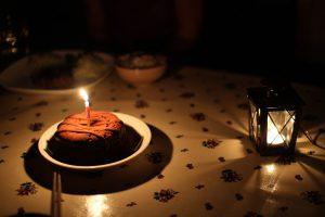 キャンドルの灯りのみで撮ったケーキ