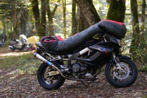バイクで寝袋干す