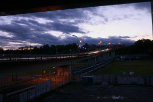 すっかり日が暮れちゃった 建設中の圏央道の下