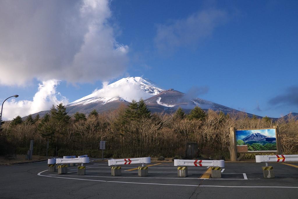 雪で真っ白な富士山