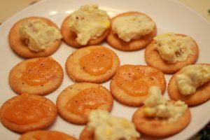 コストコのアンチョビ入りポテトサラダとチェダーチーズを載せたリッツ