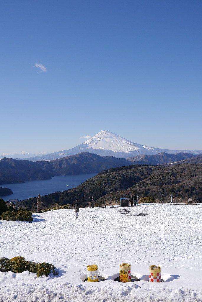 雪の大観山から見た富士山