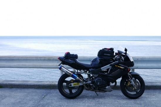 バイクと海