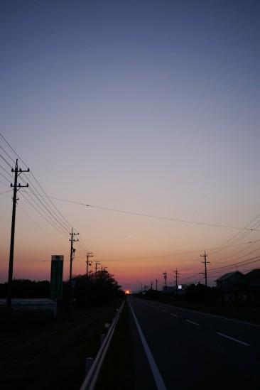 国道150号の先に沈む夕日