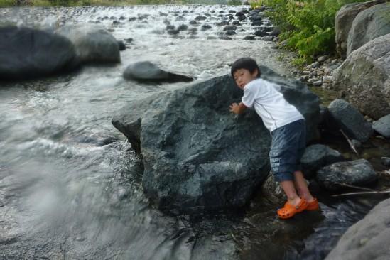白馬アルプスオートキャンプ場で水遊び (14)