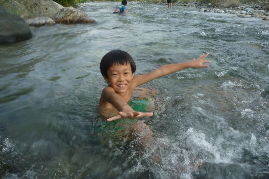 白馬アルプスオートキャンプ場で水遊び (15)