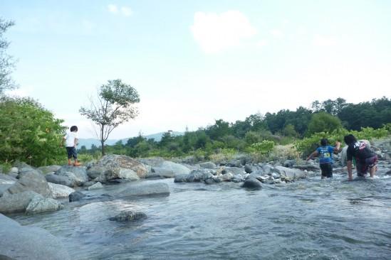 白馬アルプスオートキャンプ場で水遊び (17)