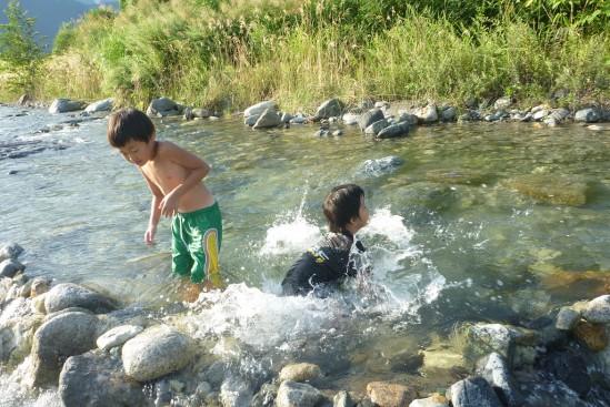 川遊びする長男くんと友人の息子くん