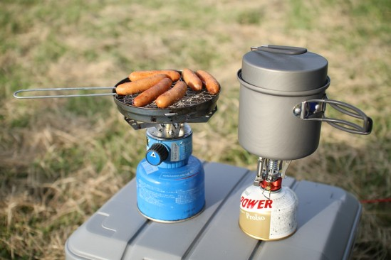 ウインナーを焼いて、お湯を沸かして。