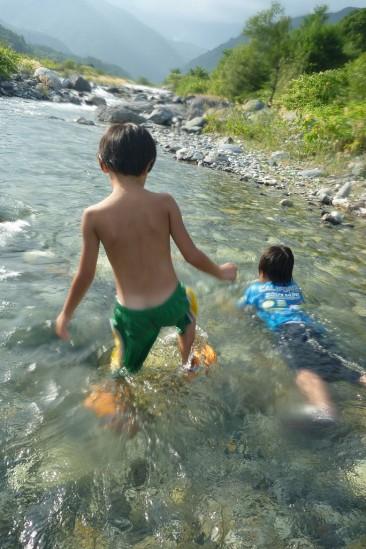 白馬アルプスオートキャンプ場で水遊び(19)