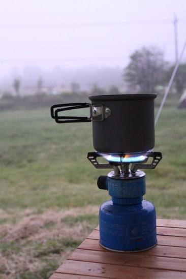 目覚めのコーヒーのためにお湯を沸かす