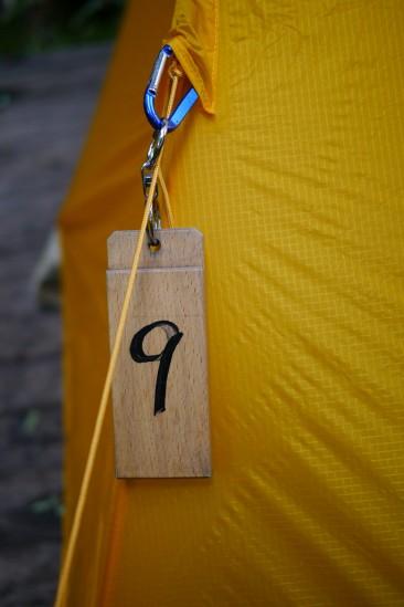 尾瀬沼ヒュッテのキャンプ場の番号札