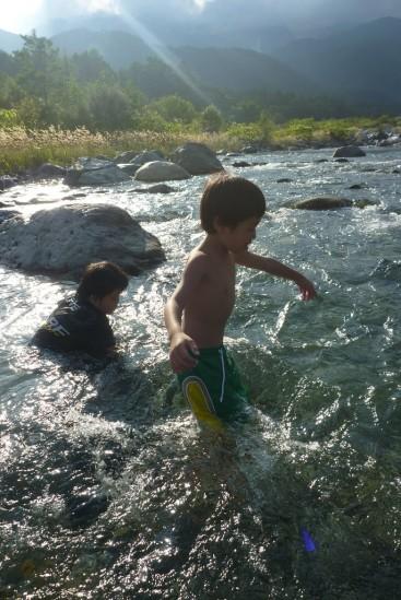 川遊びする長男くん