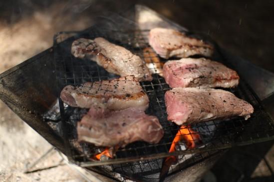 コストコのサーロインステーキを炭火で焼く