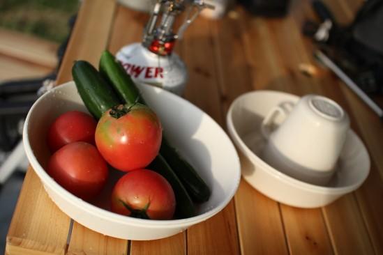 無人販売でかたトマトとキュウリ