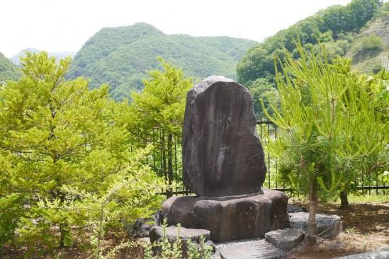 塩川ダムの水神碑