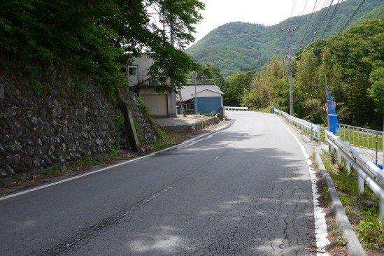 塩川ダムへの道の風景