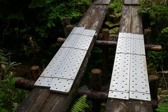 痛んだ木道の橋にアルミの足場の橋