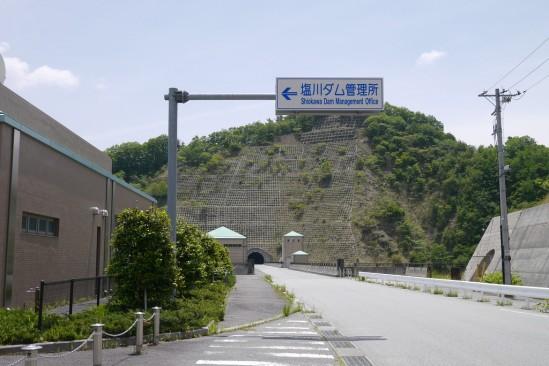 塩川ダムへの駐車場入口