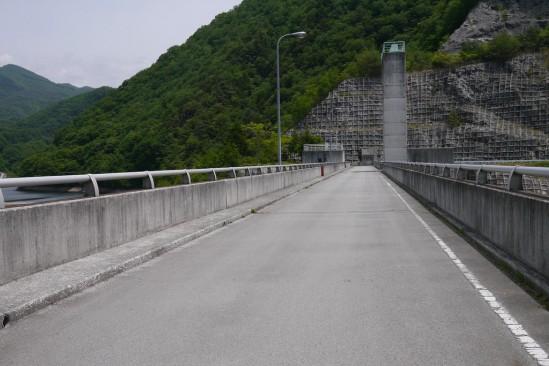 大門ダムの堤体の上の道路