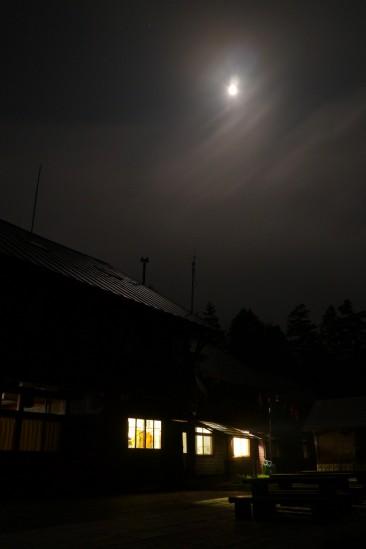 深夜の尾瀬沼ヒュッテと月