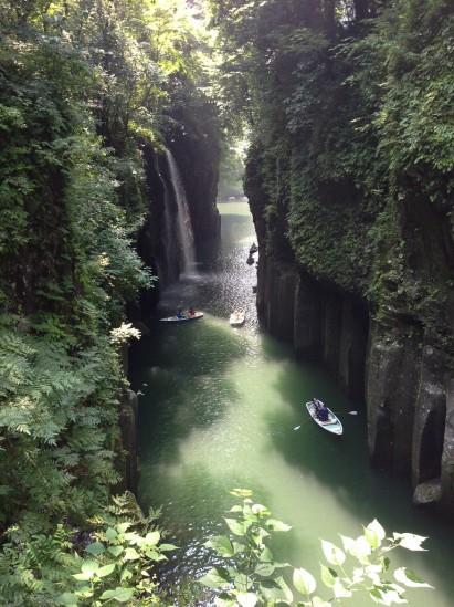 高千穂峡のボートと滝