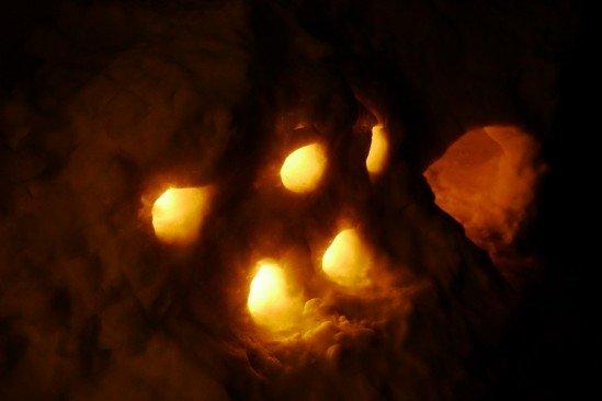 かまくらでキャンドルを灯す (5)