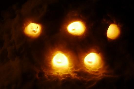 かまくらでキャンドルを灯す (6)