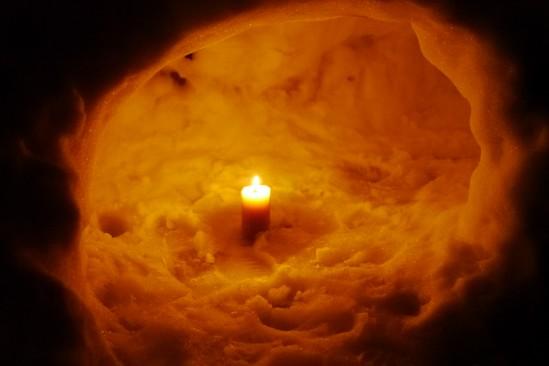 かまくらでキャンドルを灯す (7)