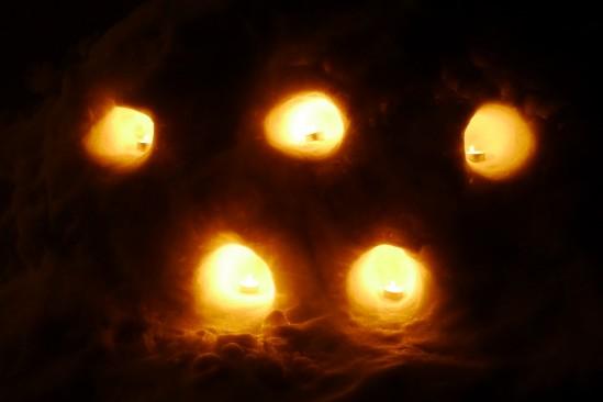 かまくらでキャンドルを灯す (8)