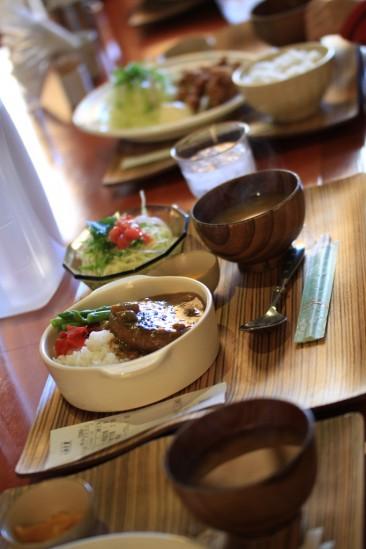 ゴハン家 黒川のカレーハンバーグ定食