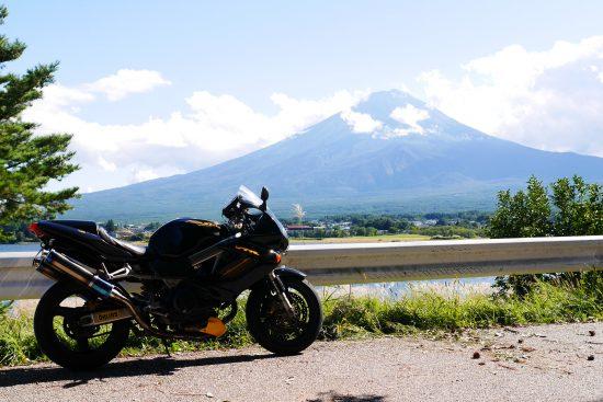 河口湖と富士山とバイク