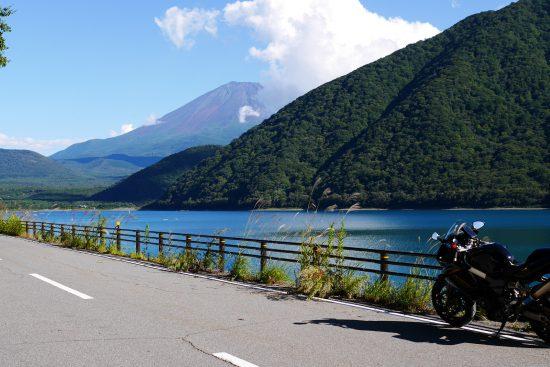 本栖湖と富士山とバイク