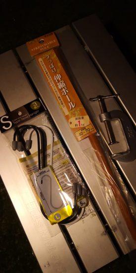 100円均一で買った材料の、S字フック、突っ張り棒、C型クランプ