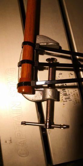 自作300円ランタンハンガーのクランプとツッパリ棒の固定方法
